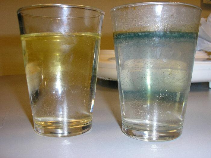 Слева - вода из дачной колонки с высоким содержанием железа. / Фото: burenie.by