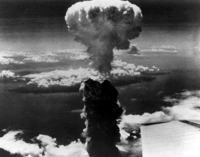 Атомная бомба над Нагасаки.
