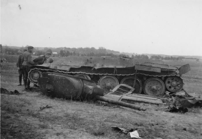 Немецкие солдаты рассматривают советский танк Т-34, уничтоженный взрывом боеукладки| Фото: Военный альбом.
