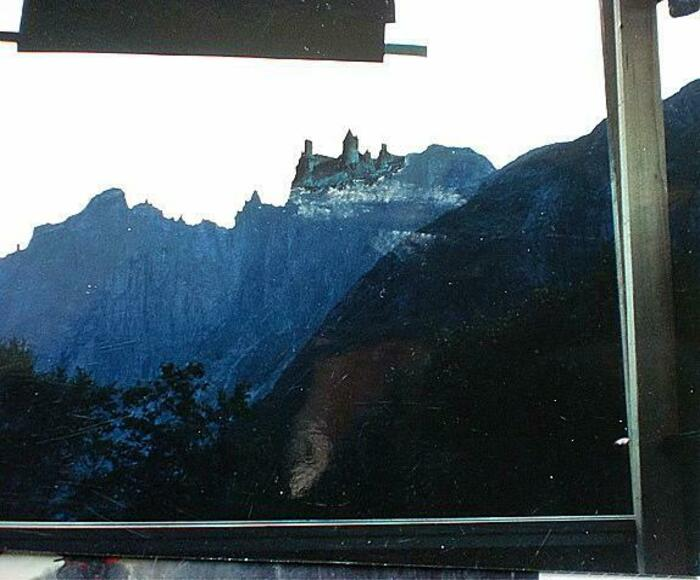Кадр с замком на фоне горы. | Фото: Pikabu.