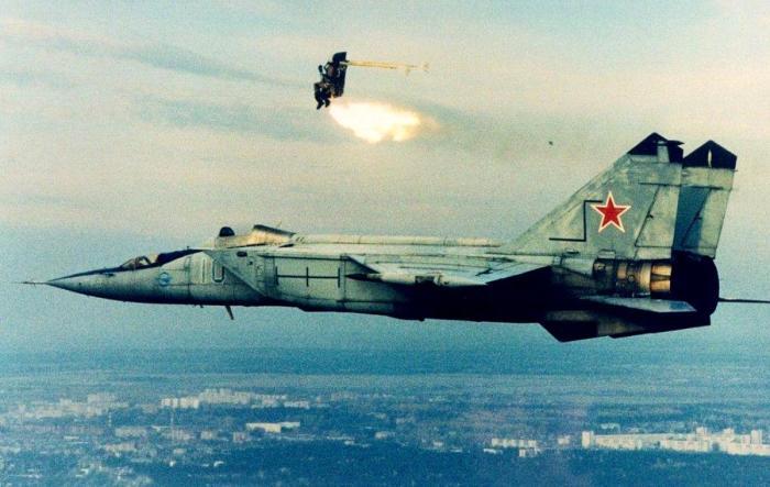 Катапультирование лётчика в кресле К-36Д-3,5 из самолёта МиГ-25-УБ.   Фото: Большая российская энциклопедия.