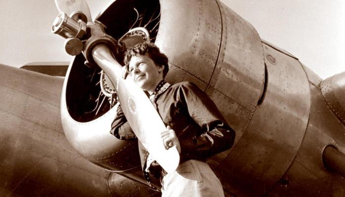 Амелия Эрхарт рядом с самолетом. | Фото: Pikabu.