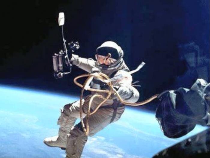 Первый выход в открытый космос. | Фото: LiveJournal.