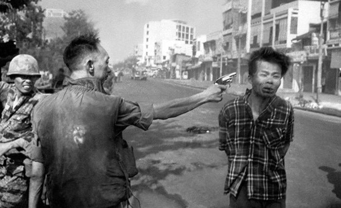 Вьетнамский офицер стреляет в венопленного.