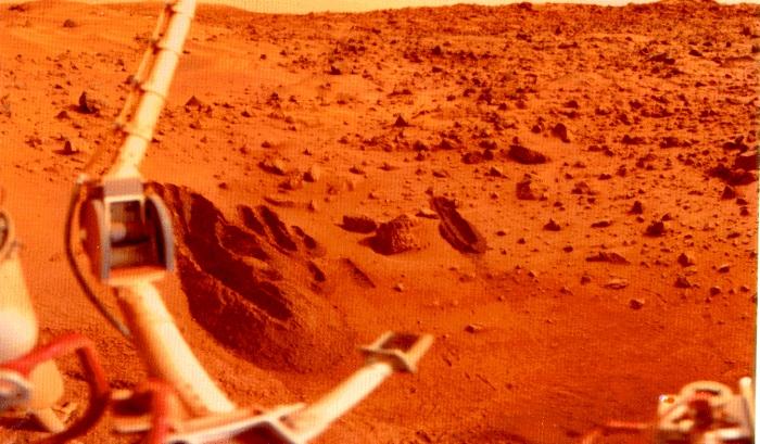 Первая фотография с поверхности Марса. | Фото: Планеты Солнечной системы.