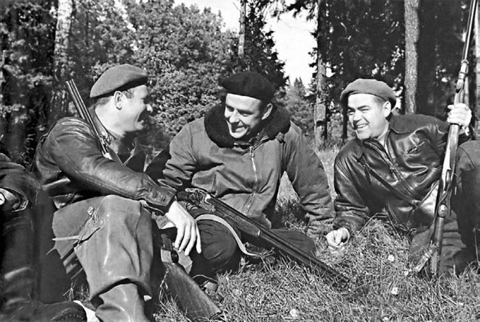 Комаров и Гагарин (слева) на охоте. | Фото: Pinterest.