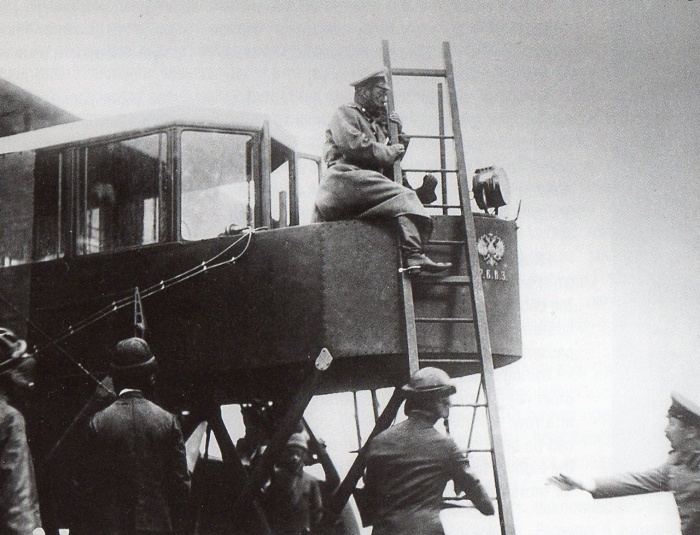 Император Николай II осматривает самолет «Русский Витязь».