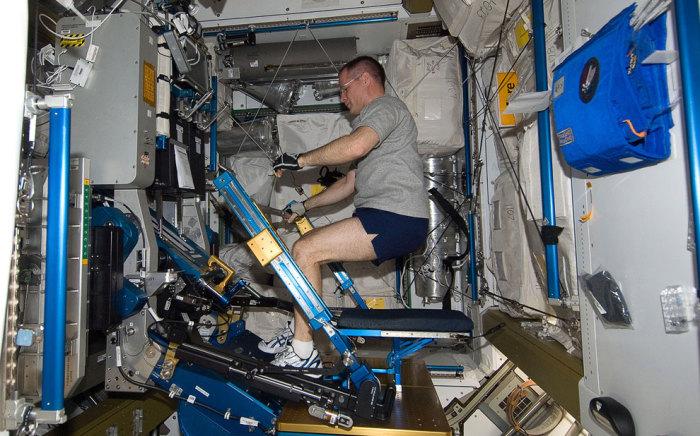 Занятие спортом на борту МКС. | Фото: Rep.ru.