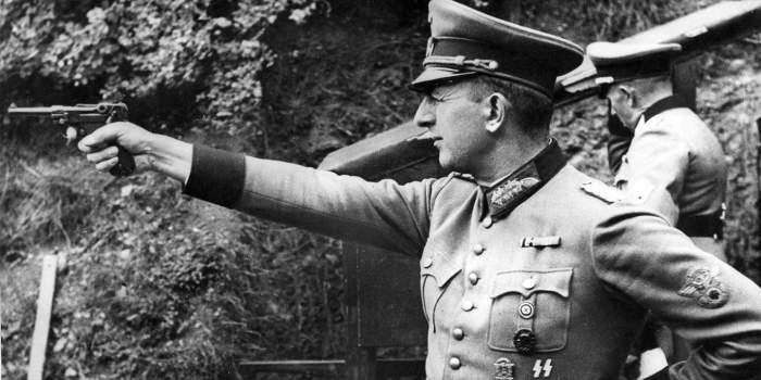 Немецкий офицер с пистолетом  «Люгер» P08».