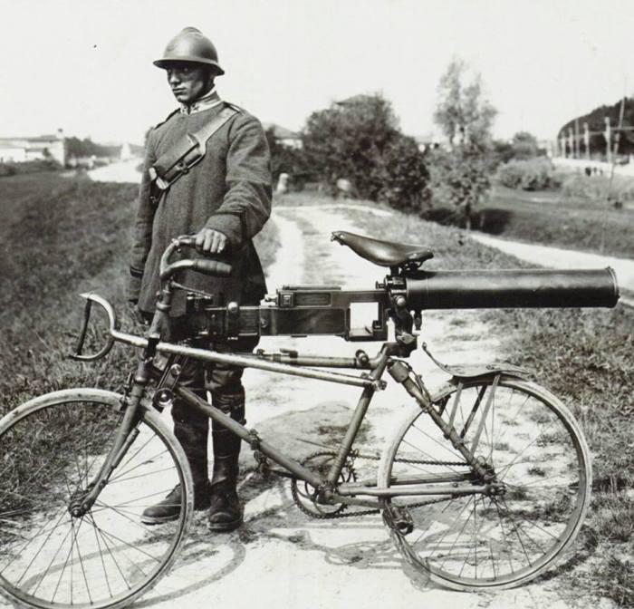 Боевой велосипедист времен Второй мировой.