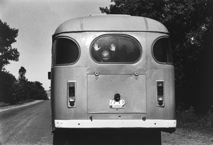 Мальчик в автобусе.