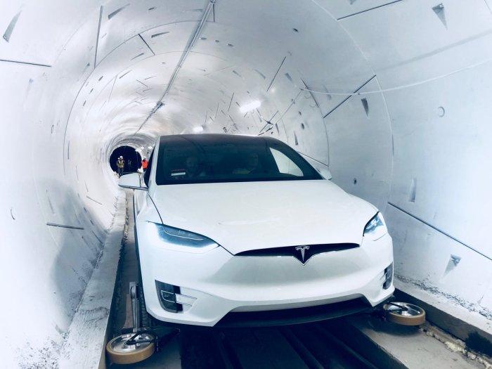 Автомобиль Tesla в туннеле.