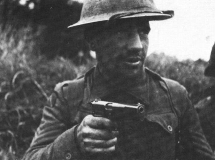 Британский солдат с пистолетом «Browning Hi-Power».