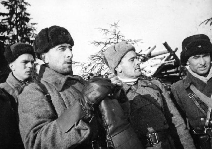 Михаил Катуков (второй слева). | Фото: nstarikov.ru.
