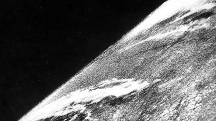 Первый снимок Земли. | Фото: Википедия.