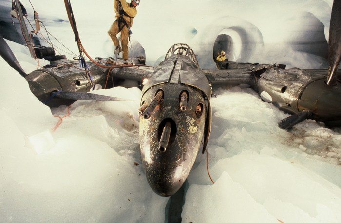 Истребитель Р-38 под 100-метровым слоем снега.