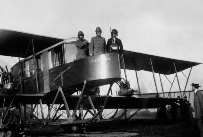 На фото авиаторы Сикорский, Геннер и Каульбарс на борту самолета «Русский витязь».