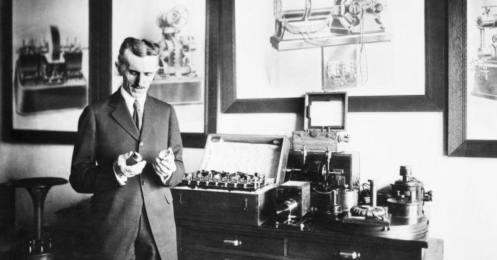 Никола Тесла и его радиоустановка.