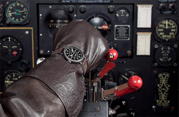 Наручные часы на руке летчика.