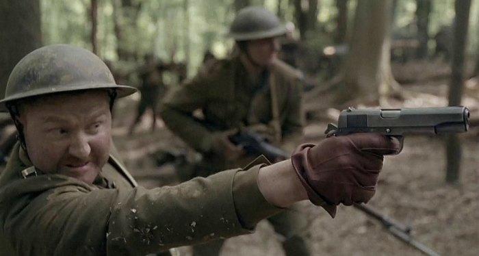 Американский солдат с пистолетом «Кольт» М1911.