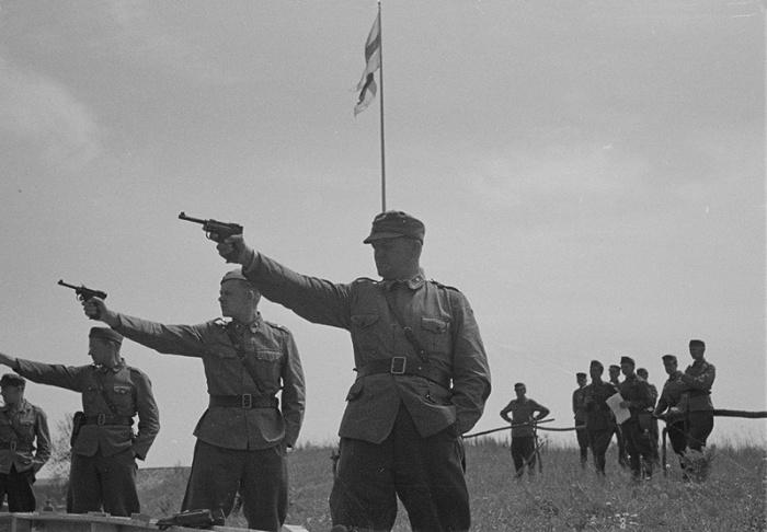 Финские офицеры на занятиях по стрельбе ведут огонь из пистолетов «Lahti L-35».