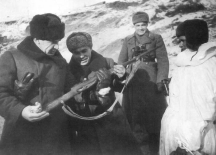 Вручение винтовки Зайцеву. | Фото: waralbum.ru.
