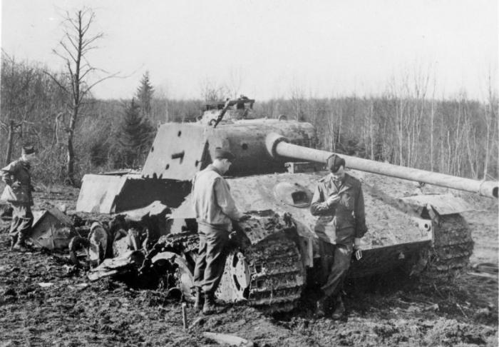 Американские солдаты осматривают подбитый немецкий танк Pz.V «Пантера». | Фото: Армии и Солдаты. Военная энциклопедия.