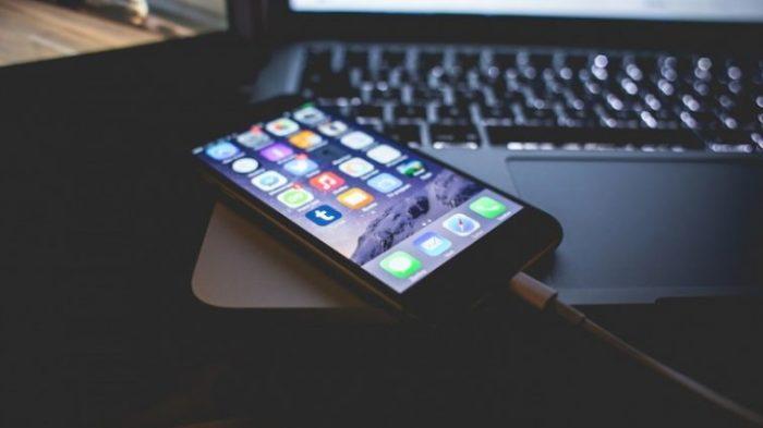 Не стоит заряжать смартфон на ночь. | Фото: AndroidInsider.ru.