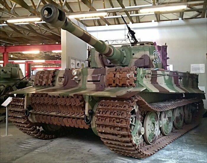 Немецкий «тигр» с дополнительной броней. | Фото: Википедия.
