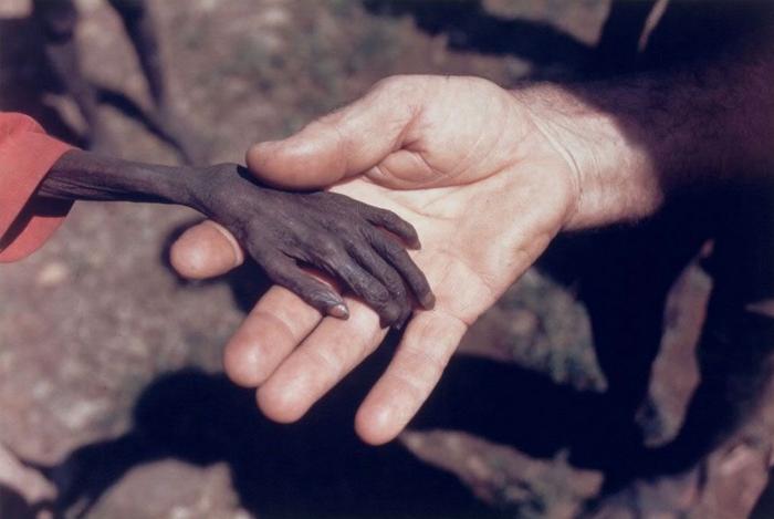 Голодный африканский мальчик.