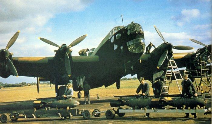 Погрузка бомб на Handley Page Halifax. | Фото: Reddit.