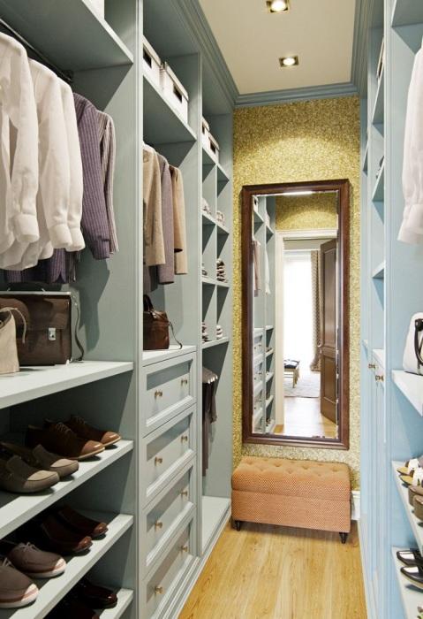 Выбирайте большое настенное или напольное зеркало. / Фото: pinterest.ru
