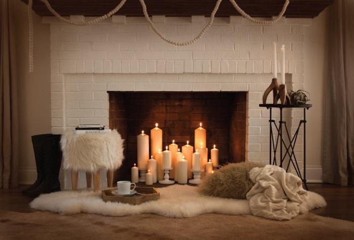 Свечи в камине помогут создать романтичную атмосферу. / Фото: fireplace.su