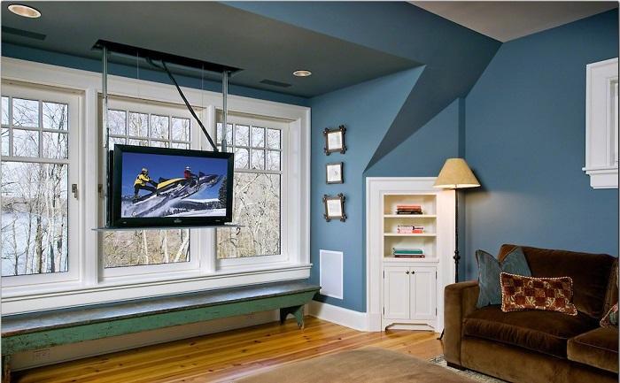 Телевизор на потолке выглядит оригинально и экономит место в помещении. / Фото: stroitelstvo21.ru