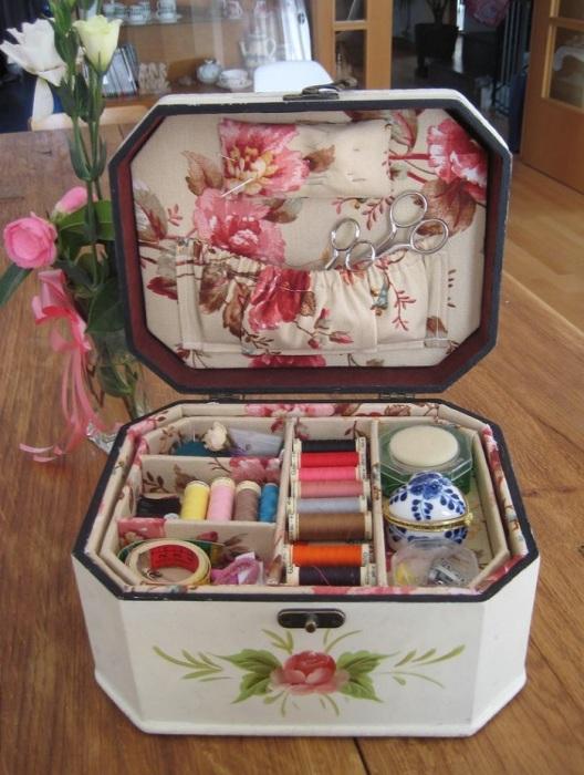 В шкатулке можно также хранить швейные принадлежности. / Фото: solnce-v-vode.blogspot.com