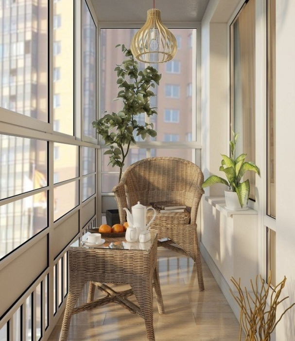 Плетеная мебель сделает балкон очень уютным. / Фото: yellowhome.ru