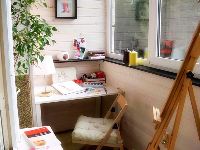 Художественная мастерская для ребенка на балконе. / Фото: comfortoria.ru