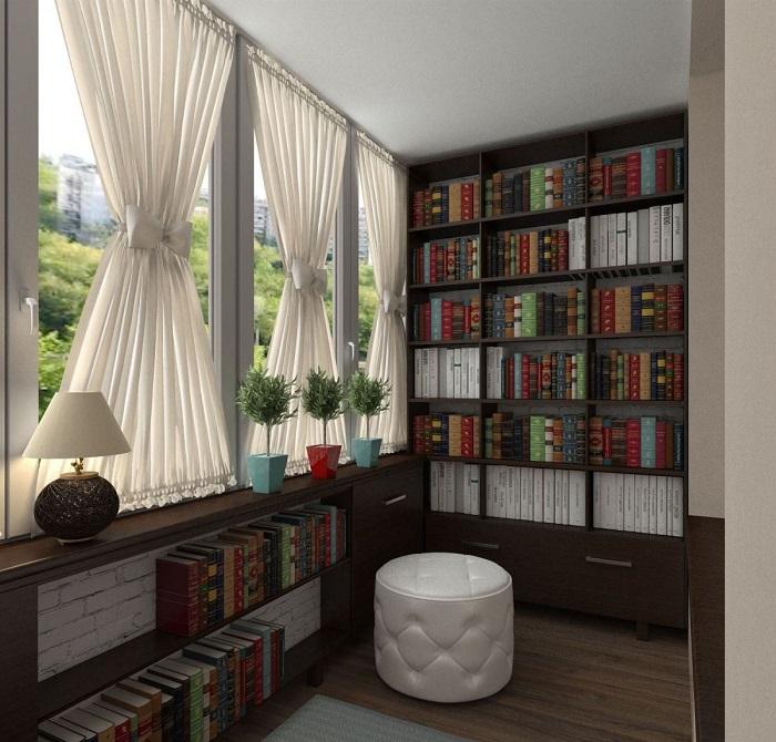 Если балкон достаточно большой, можно оборудовать его полноценным шкафом для книг. / Фото: stroy-podskazka.ru
