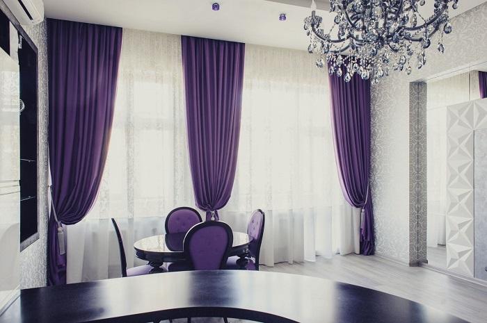 Большие окна с тяжелыми шторами требуют тщательной уборки. / Фото: stroy-podskazka.ru