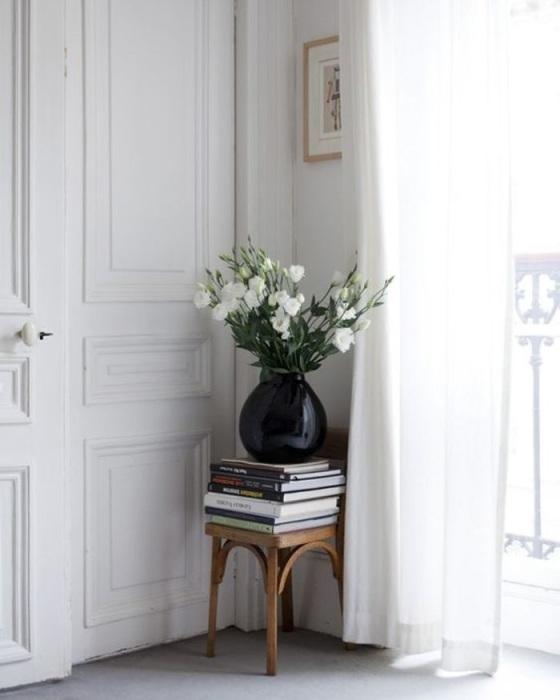 На табурет в гостиной можно положить книги, поставить вазу с цветами. / Фото: archidea.com.ua
