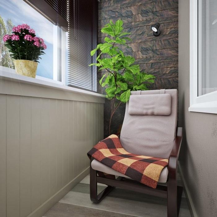С цветами балкон выглядит обжитым. / Фото: modernplace.ru
