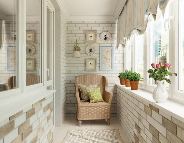 Балкон нужно оформлять в светлой цветовой гамме. / Фото: dizajnhome.ru