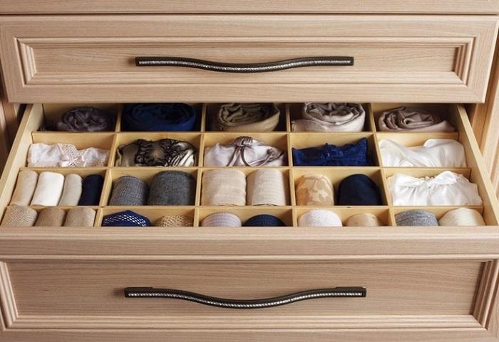 В ящике можно сделать специальные разделители для разных видов белья, носков, колгот. /Фото: berkem.ru