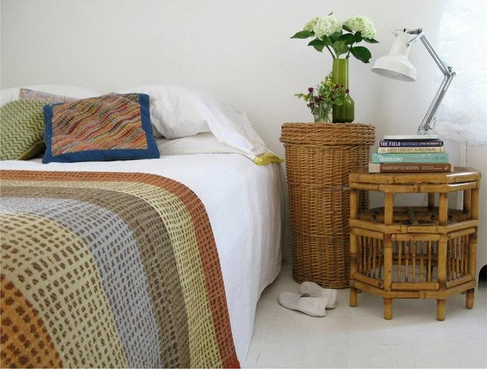 Плетеная корзина в спальне подойдет для хранения одежды, обуви, аксессуаров. / Фото: roomester.ru
