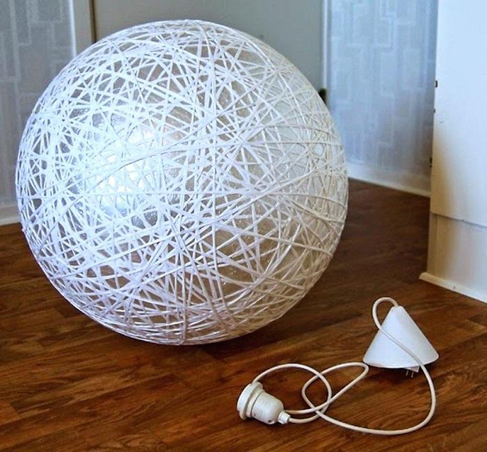 Оригинальный абажур из ниток станет отличным украшением лампы. / Фото: kuhnivoronezh.ru