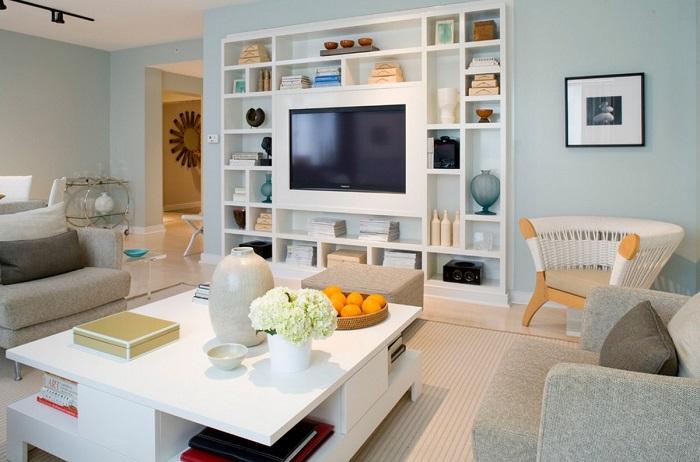Размещение телевизора в стеллаже, в сочетании с книгами и элементами декора. / Фото: instrumentgid.ru