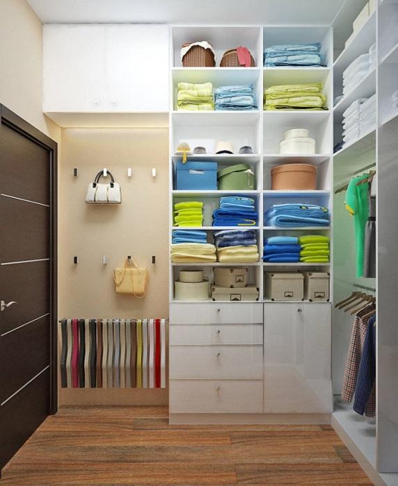 Предусмотрите в гардеробной полки, ящики, крючки для аксессуаров. / Фото: dekoriko.ru