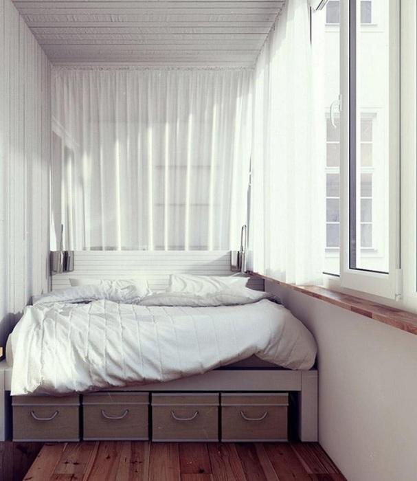 Уютная спальня, оборудованная на балконе. / Фото: dekoriko.ru