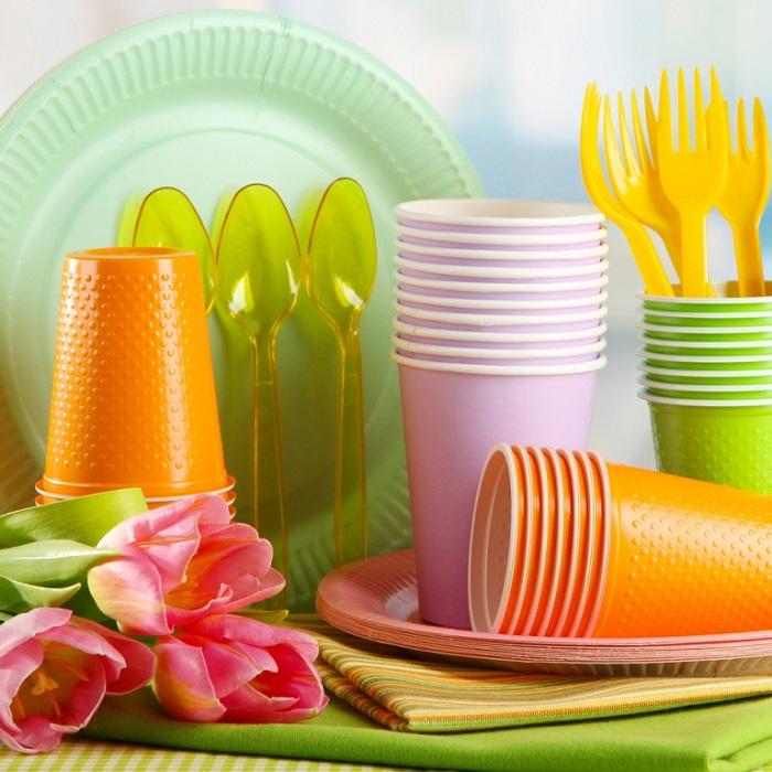 Пластиковая посуда не должна присутствовать на вашем столе. / Фото: chocomir.com