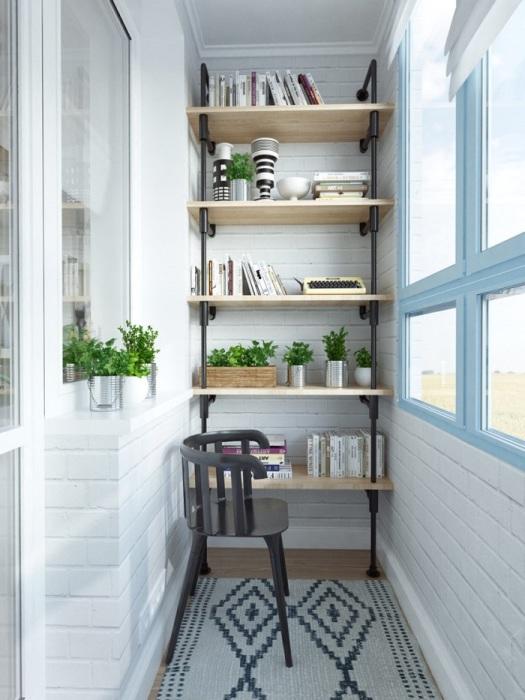 На балконе можно разместить стеллаж с книгами и цветами. / Фото: build.4-u.info